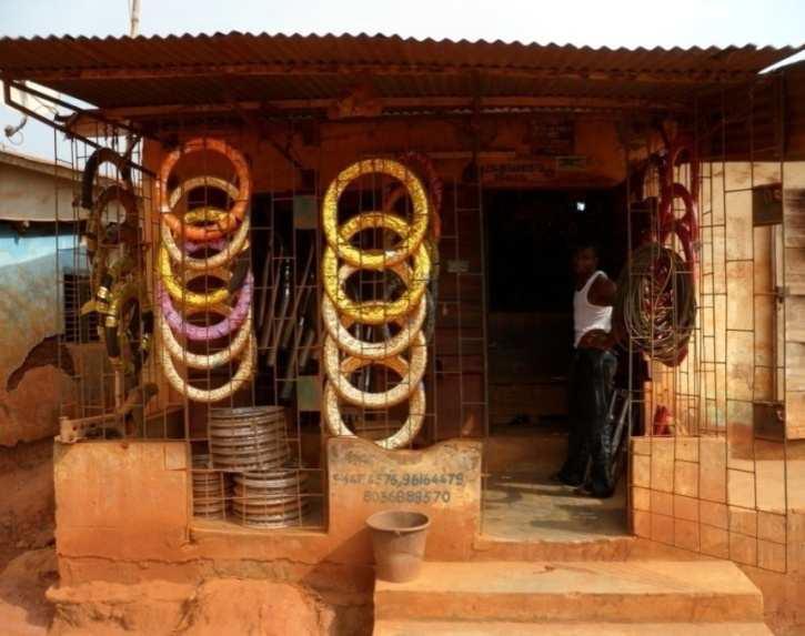 Boutique de pièces détachées et pneumatiques au quartier Oké-Ata à Pobè