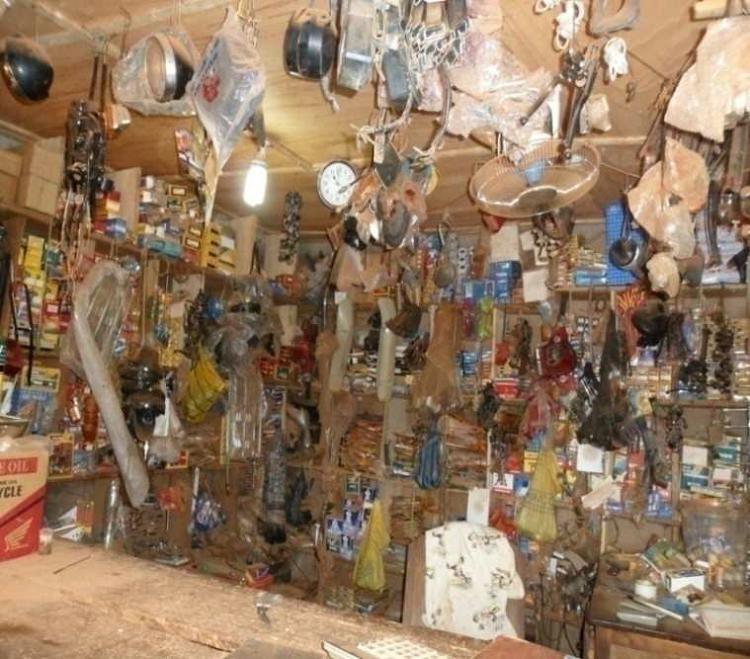 Intérieur d'une boutique de pièces détachées et pneumatiques à Pobè