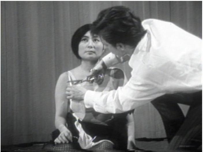 Yoko Ono 'Cut piece' (1964)