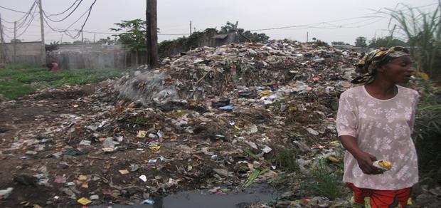 Décharge dans un jardin, les déchets utilisés comme compost à Selembao