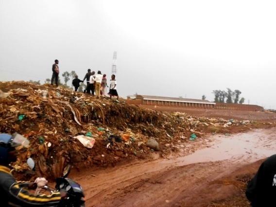 """Déchets abandonnés aux alentours d""""une école publique"""
