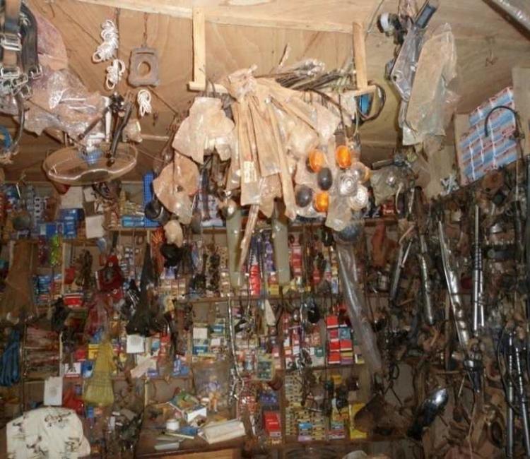 Intérieur d'une boutique de pièces détachées et pneumatiques à Onigbolo