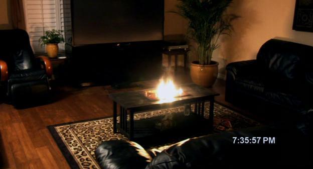 Paranormal Activity le ouija prend feu subitement alors que Micah est parti
