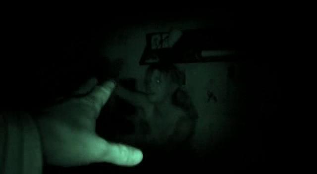 REC Pablo utilise la caméra pour voir dans le noir et retrouver Angela