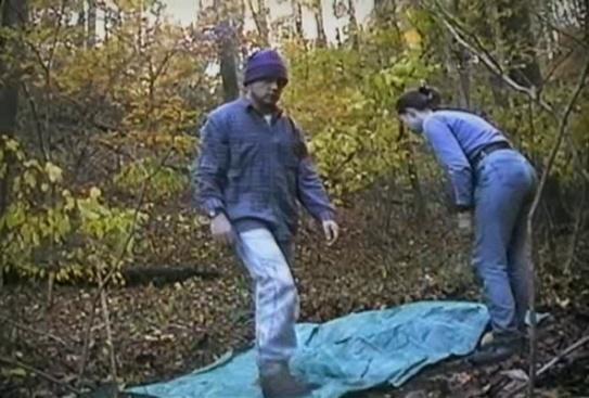 The Blair Witch Project alors qu'ils montent leur tente, la caméra tourne